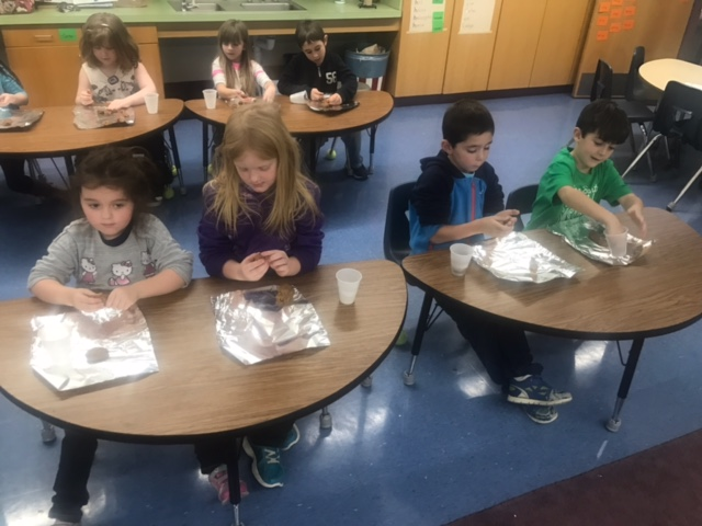 Kindergarten and 1st grade makes gingerbread cookies